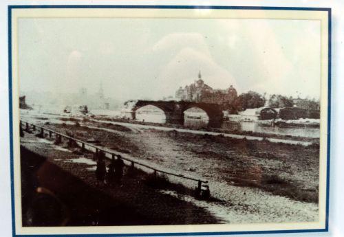 Historische Bilder vom Brückenbau sind an den Infotafeln zu bewundern.