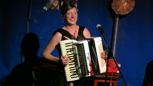 Jolene-Interpretin Deta Cordelia Rayner, The Beez