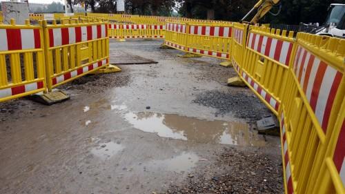 Radfahrer müssen sich derzeit am Rosa-Luxemburg-Platz durch ein gelbes Labyrinth kämpfen.