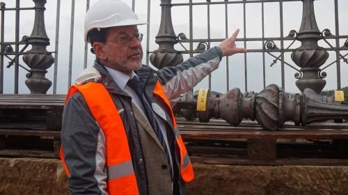 Professor Koettnitz auf seiner Brücke. Historische Geländer wurden gesichert und bleiben erhalten.