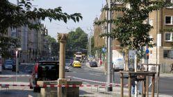 Bautzner Straße mit Pferdekopfbrunnen und Parkhaus
