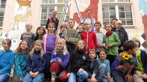 Freuen sich über die neue Fassade: die Schüler der 15. Grundschule