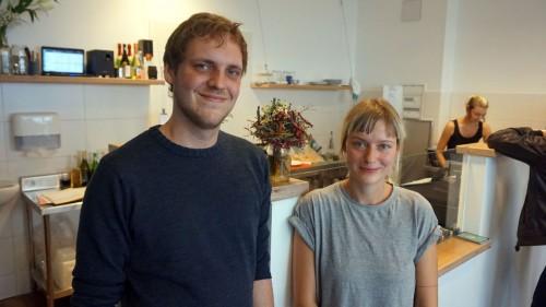 Dicker Schmidt: Hoppe wollte nicht aufs Bild, also muss Geschäftsführerin Anne den Platz neben Henning einnehmen.