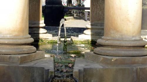 Mit satten Strahl sprudelt der Artesische Brunnen wieder.