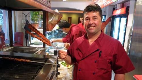 Mitarbeiter Hasan mit Fleischspießen
