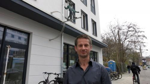Er hat die Bibliothek mit einem Eulenspiegel verziert: der Neustädter Künstler  Carsten Bürger.