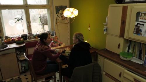 Yvonne Stephan mit Tochter Mila und Freundin Kiki in ihrer Wohnung