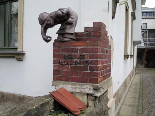 Auf der Carolinenstraße ist alles im Lot, besagen auch liebevoll gestaltete Skulpturen