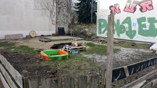 Eine kahle Fläche - wo einst Büsche und Eiswagen standen.