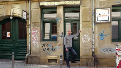 Ralf Knauthe vor der Stoffwechsel-Zentrale auf der Martin-Luther-Straße