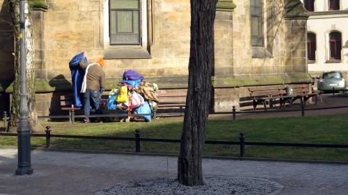 Schneewittchen mit mit Sack und Pack vor dem Brand.