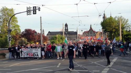 Bei schönstem Maiwetter spazierten knapp 3000 Demontranten durch Dresden.