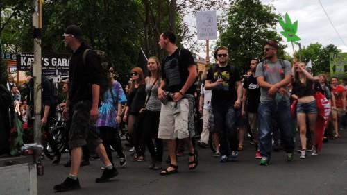 Etwa 100 Demonstranten zogen durch die Neustadt. Foto: Gehilfe Oph