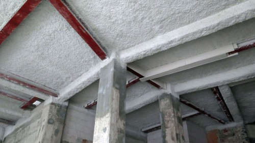 Die Zwischendecken im Hochhaus wurden mit Trägern stabilisiert und erhalten Feuerschutzputz.