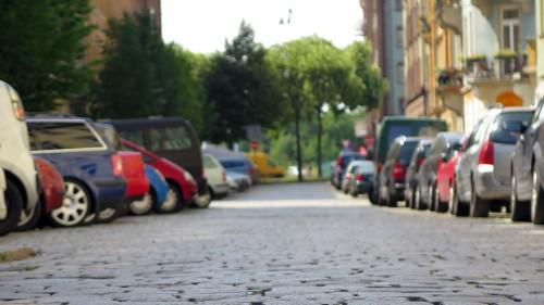 Pflasterstraße mit Schrägparkern
