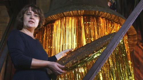 Marí Emily Bohley bei der Installation ihrer Ausstellung.