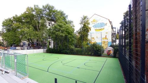 Hinter der Halle gibt es noch ein Sportfeld unter freiem Himmel. Foto: Youssef Safwan