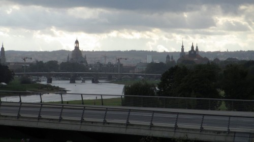 Getrübt wird der romantische Blick auf die Waldschlösschenbrücke nur von der hervorstechenden Frauenkirche.
