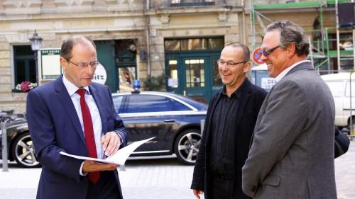 Kirchenmänner haben gut lachen: Minister bringt Bescheid über 400.000 Euro
