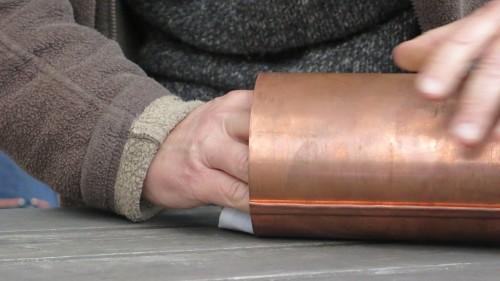 Die rostfreie Metallhülse wird mit BRN-Andenken vollgestopft.