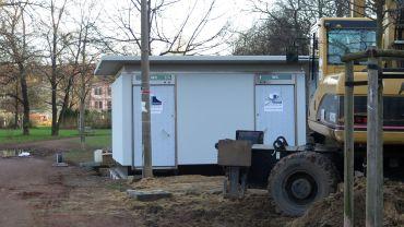Das Toilettenhaus am Alaunplatz steht schon. Eröffnung im Frühjahr.