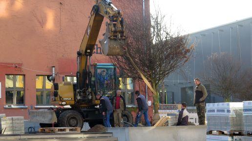 Am Vormittag wurde der dritte Baum aufgestellt.