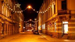 Die Förstereistraße hat sich extra mit ein paar Lichterketten geschmückt. Foto: Youssef Safwan