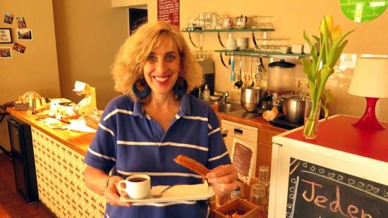 Mercedes Moraiz hilft im Nibs Cacao Dresden bei der Entscheidungsfindung