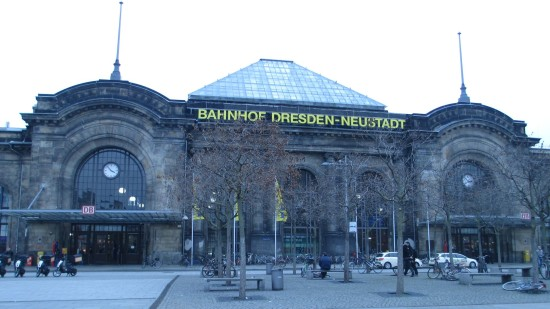 Schlesischer Platz: Blick auf die Front des Bahnhofs Dresden-Neustadt