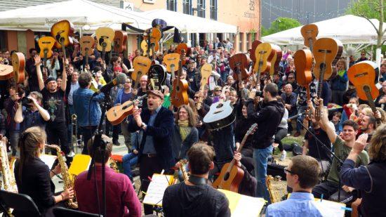 Thanks-Jimi-Festival: Die Teilnehmer reckten ihre Klampfen gen Himmel, damit besser gezählt werden kann.