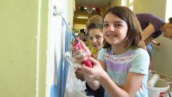 Profis an der Malerrolle: Helena und Ludwig, beide aus der dritten Klasse