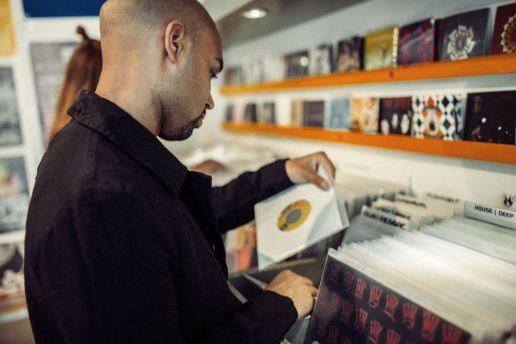 Der kanadische DJ WaxFiend stöbert im Fenders-Angebot. Foto: Fokke Hassel