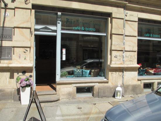 Das Café Bio Feinsinn auf der Louisenstraße wartet mit Mittagsmenü, Salaten und Kuchen auf
