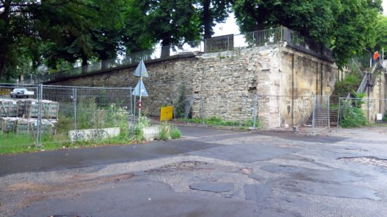 Die kleine Nebenbrücke soll erst im Herbst wieder errichtet werden.