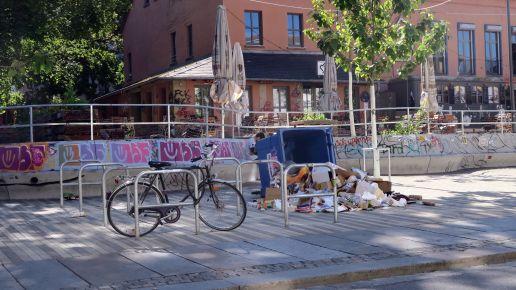 Ein Fortschritt? Früher brannten die Papiercontainer, heute werden sie nur noch umgeschmissen.