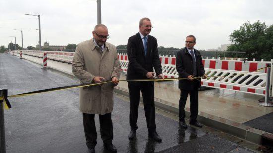 Sie schneiden durch: Vom Wirtschaftsministerium Bernd Sablotny, Erster Bürgermeisters Detlef Sittel und der Geschäftsführer der Arbeitsgemeinschaft Albertbrücke Thomas Alscher.