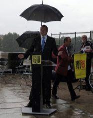 Der Erste Bürgermeister Detlef Sittel sprach gut abgeschirmt im Regen.