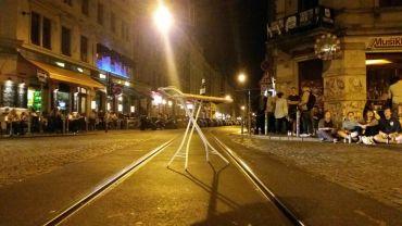 Da steht ein Plättbrett auf der Schiene. Foto: Youssef Safwan