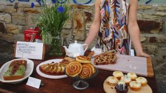 Wie bei Omi: Kaffeekränzchen mit Zimtschnecken und Pflaumenkuchen.