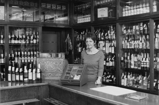 Ellen Bethe in ihrer Weinhandlung Foto: Christine Starke