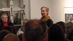 Christine Starke eröffnet die Ausstellung.