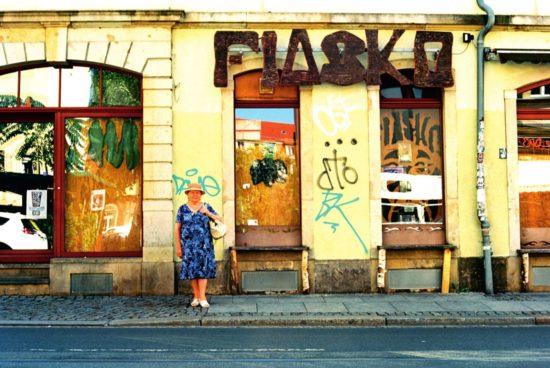 Der Juli: die Dame vorm Fiasko.