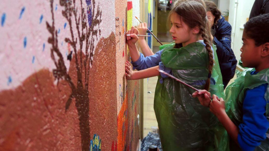 Magda und Gavin bemalen die Wand.