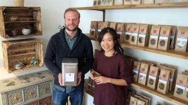Jonas Schindler und Qingyang Cao verkaufen Tee.