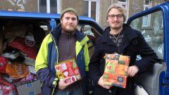 Johannes und Oliver sammeln Päckchen für Heimkinder.