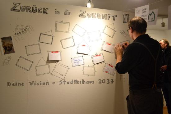 Schreiben Sie über die Wand die Ideen für die Stadtteilhaus Zukunft.