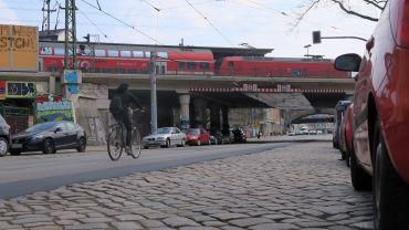 Häufig wird dann einfach auf dem asphaltierten Streifen neben den Gleisen gefahren.