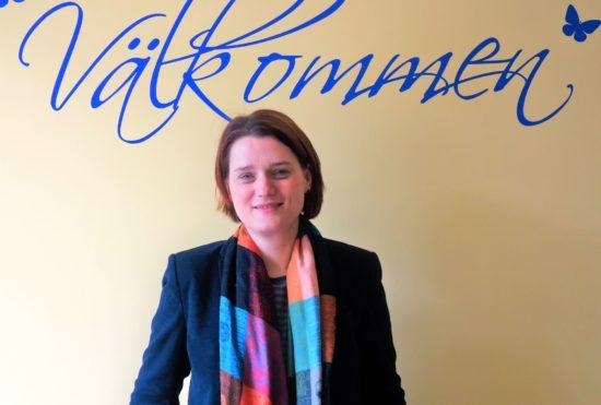 """Mit einem schwedischen """"Välkommen"""" begrüßt Silvia Leder die Besucher."""