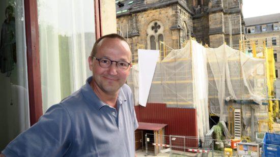 Kann jeden Tag aus seinem Fenster auf den Baufortschritt an der Kirch gucken: Pfarrer Eckehard Möller