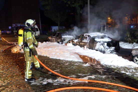 Als die Feuerwehr eintraf, waren die Wagen schon komplett ausgebrannt. Foto: Roland Halkasch